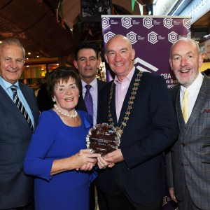 Repro-Free: Pat O'Connell President CBA presenting the 1st Quarterly Cork Business Associations' Cork Business of the year award to Mary Mulchay of The Chicken Inn, English Market. Also included are Owen O'Callaghan of O'Callaghan Properties Sponsors, Sean Murphy Irish Examiner, James O'Sullivan Chairman Judging Panel. Photo Billy macGill.