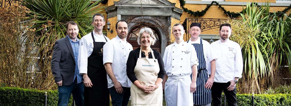 Seven chefs in front of the Vienna Woods Hotel